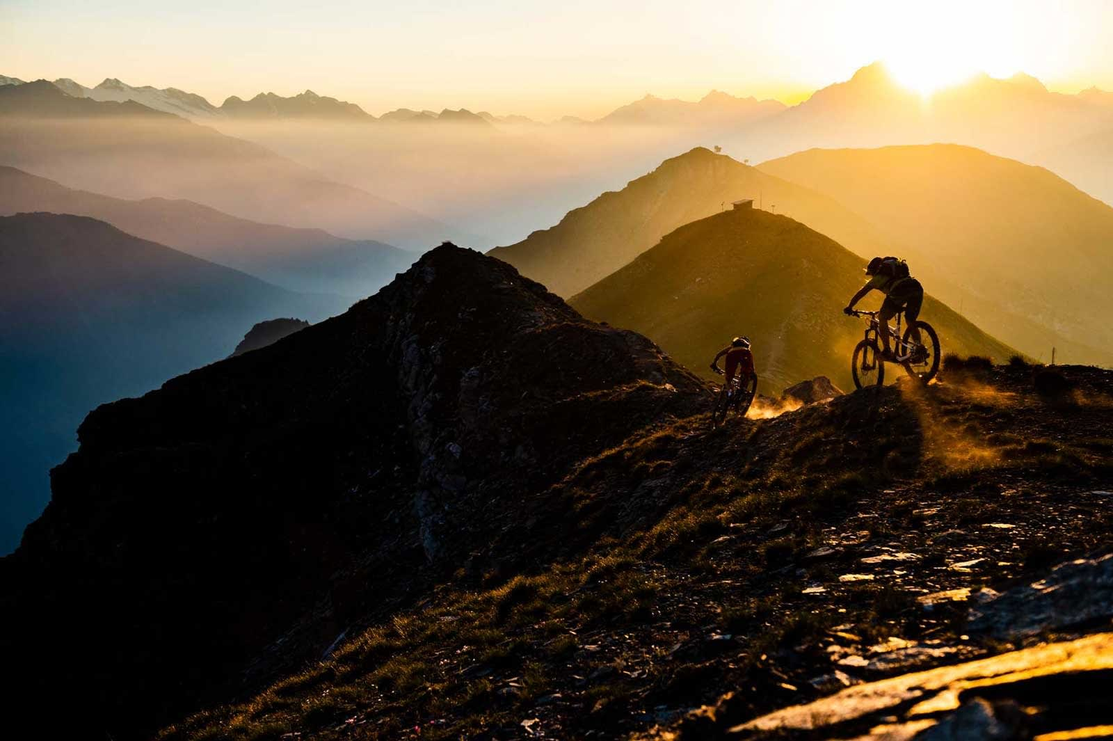 SISTE SVINGER: Karen Eller og Lisa Breckner setter ned mot Aostadalen for siste gang en sen sommerkveld.
