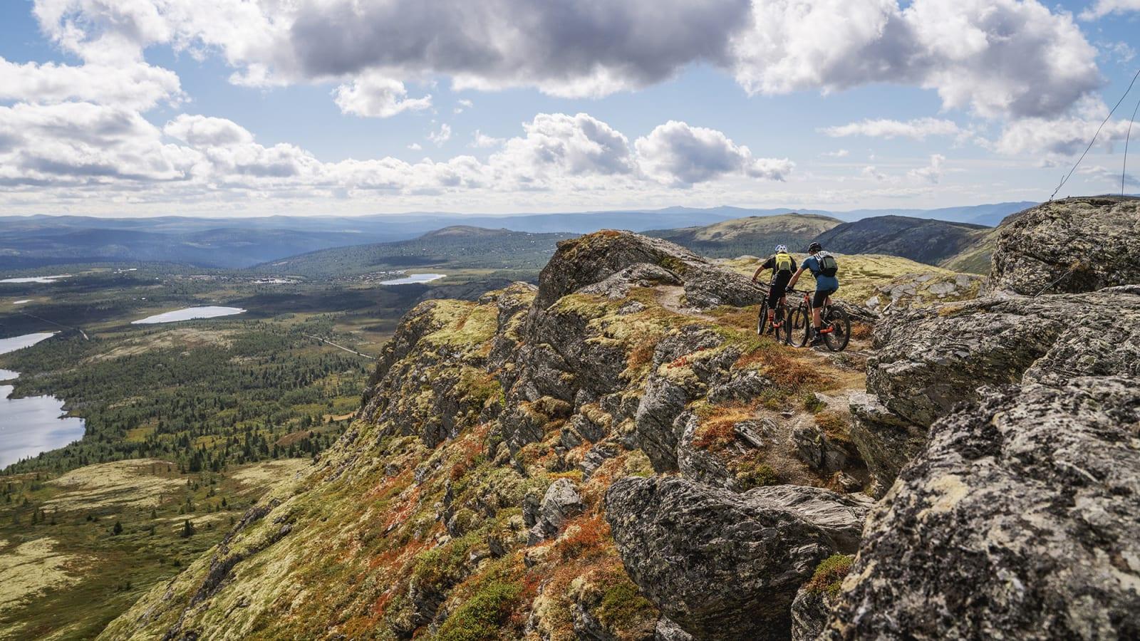 VENABYGDSMAGI: Syklingen fra toppen av Svartfjell er rett og slett helt fantastisk. Bilde: Magnus Roaldset Furset