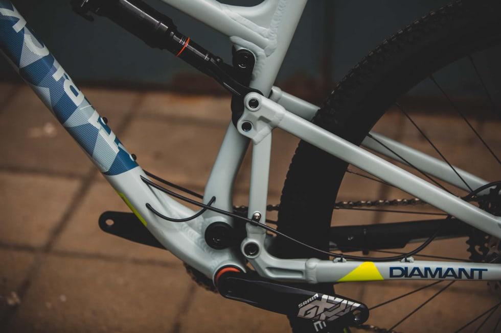 AVANSERT OPPHENG: De små linkene mellom front- og bakramme på Diamant-sykkelen gir gode tråkkeegenskaper og aktiv demping.