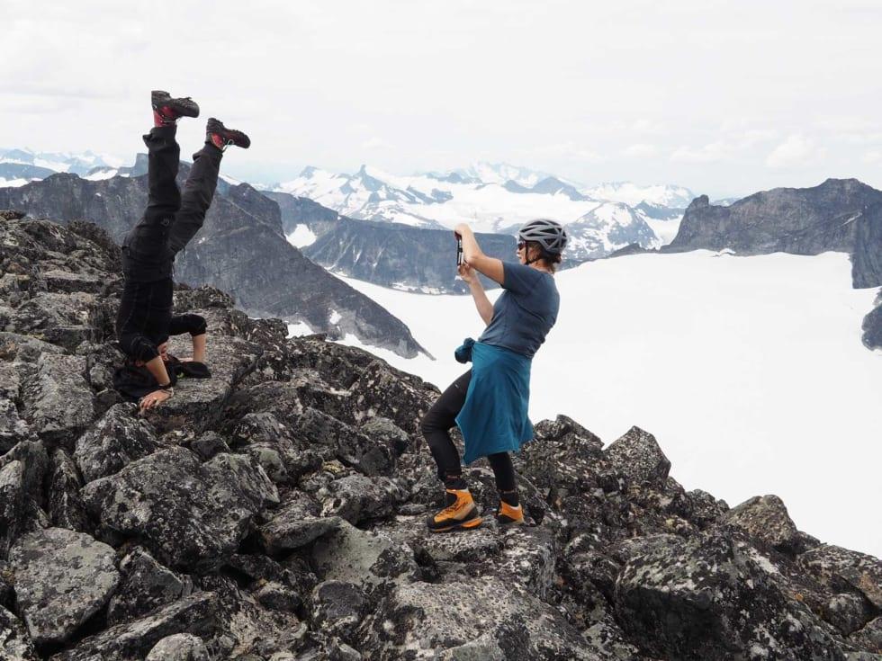 Summit! Hvorfor ikke samle på stå på hode bilder fra hver fjelltopp?