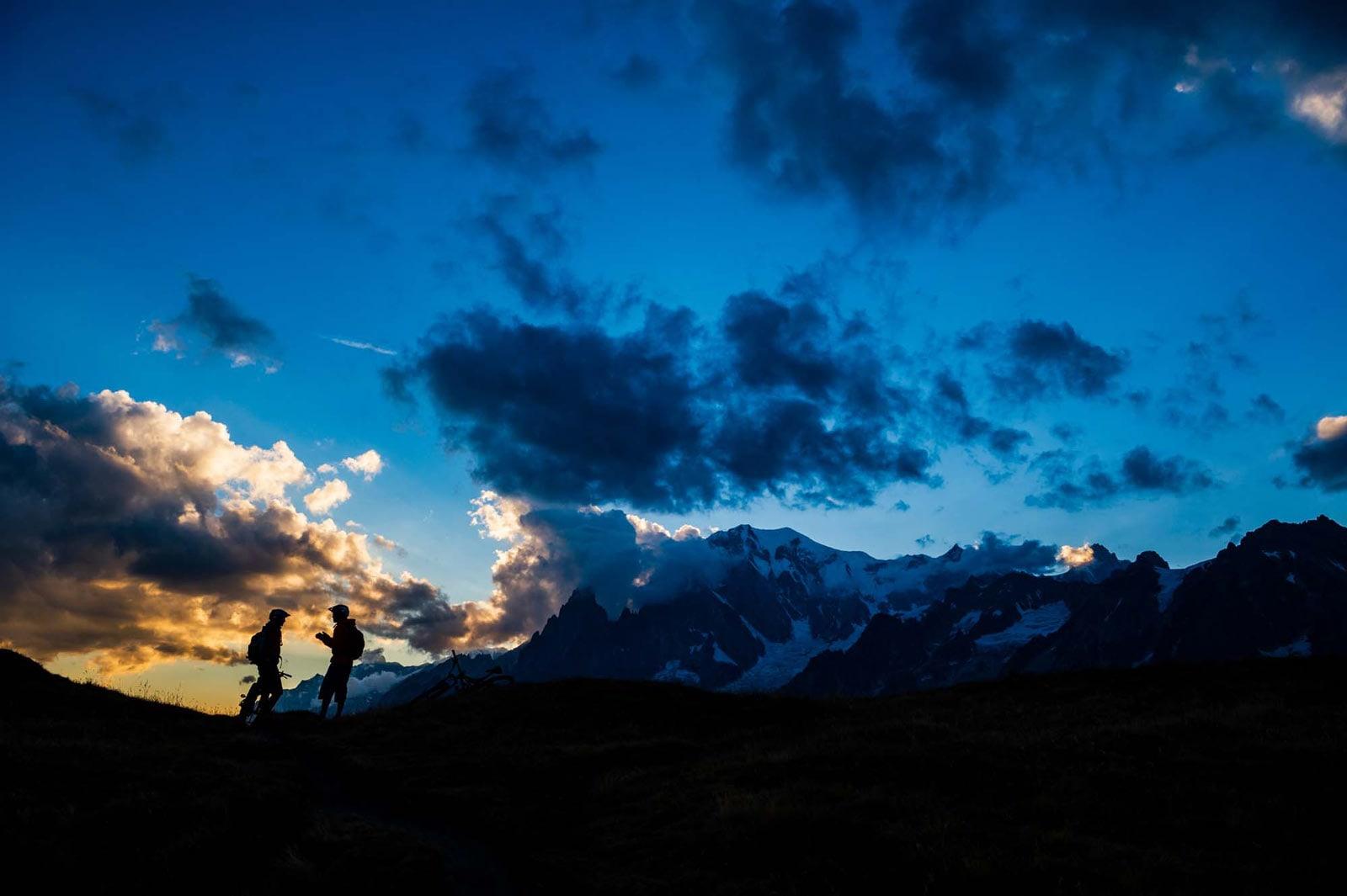 BLÅTIMEN: Ytterpunktene av døgnet kan være den beste tiden å tilbringe i fjellet. Syklistene tar en pust i bakken.