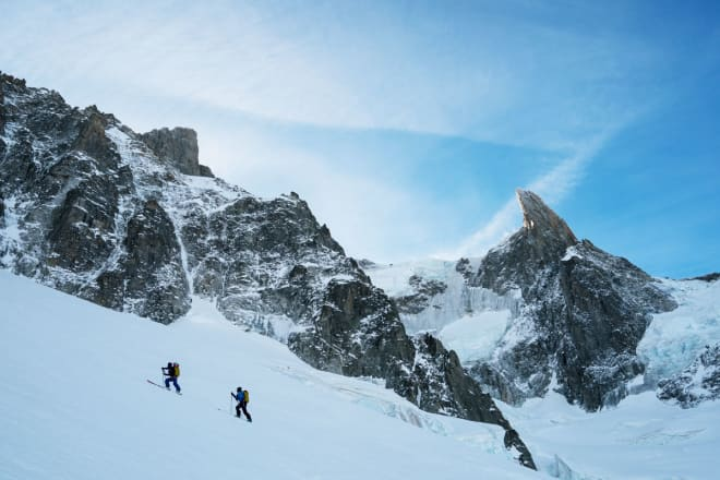 HØGT OG HØGARE: Stian og Trygve på veg opp mot Brèche Puiseux. Den markerte toppen bak til høgre er landemerket Dent du Géant, som ser ut som ei svær tann frå nabobyen Courmayeur i Italia. Foto: Adam Clark