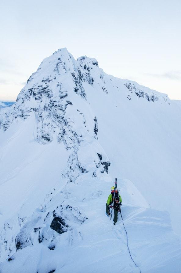 ÅPNER DØRER: Med litt vinterklatreutstyr kan du gi toppturen en ny og spennende dimensjon. Ei god sele er viktig for en bra skitur i bratt lende eller på isbre. Her er testsjef Tore Meirik på ryggen mellom Trolltind og Åbittind på Nordmøre.