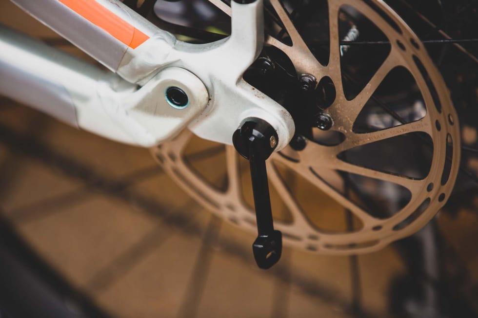 GJEMT SPAK: Canyon-sykkelen har en smart innfellbar spak på bakakslingen. Det ser cleant ut og fungerer bra.