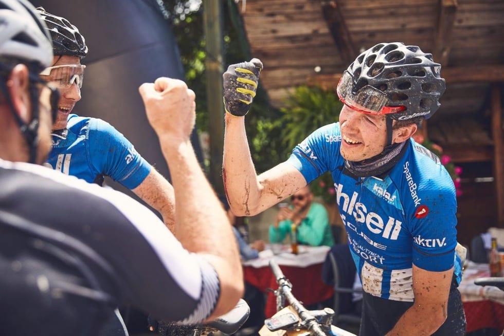 Eirik Fiskvik (til venstre) og Justinas Leveika syklet inn til 12 plass og sin nest neste plassering i TransAlp på dagens etappe. Foto: TransAlp