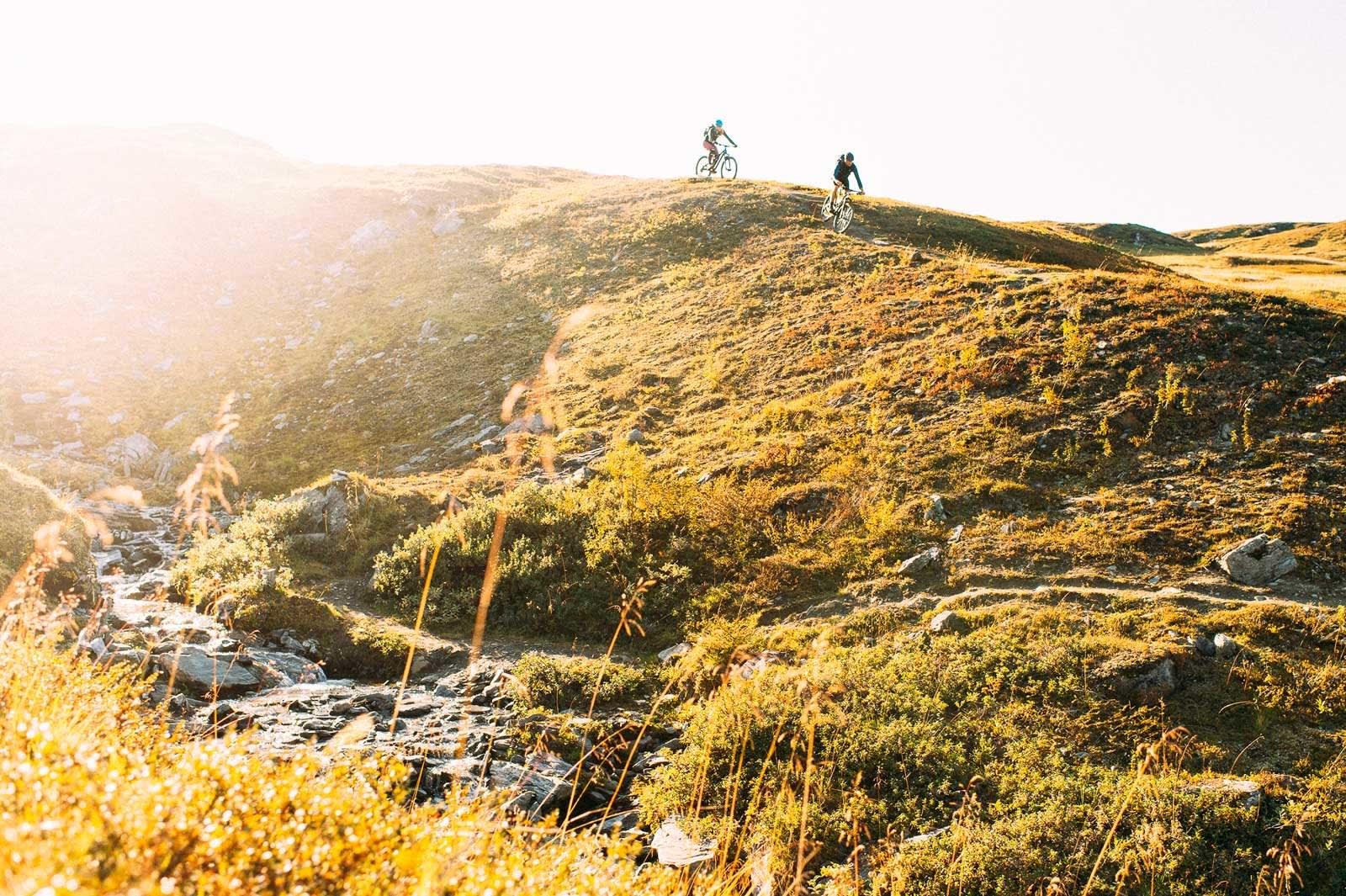 Ujevnt landskap: Bo Eide og Kirsten Buck Rustad følger svingete sti i terreng under konstant endring på vei ned.