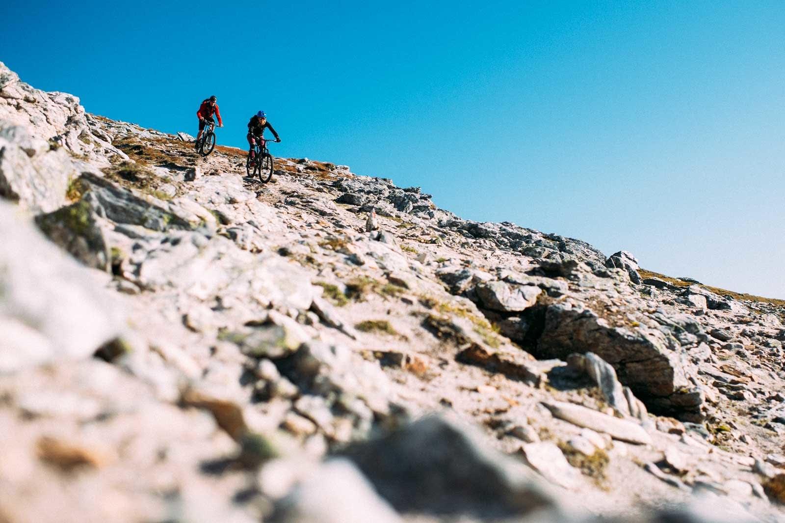 Stein på stein på stein: Toppartiet på Fugltinden er syklebart for de fleste stisyklister, men ikke helt uten tyggemotstand.