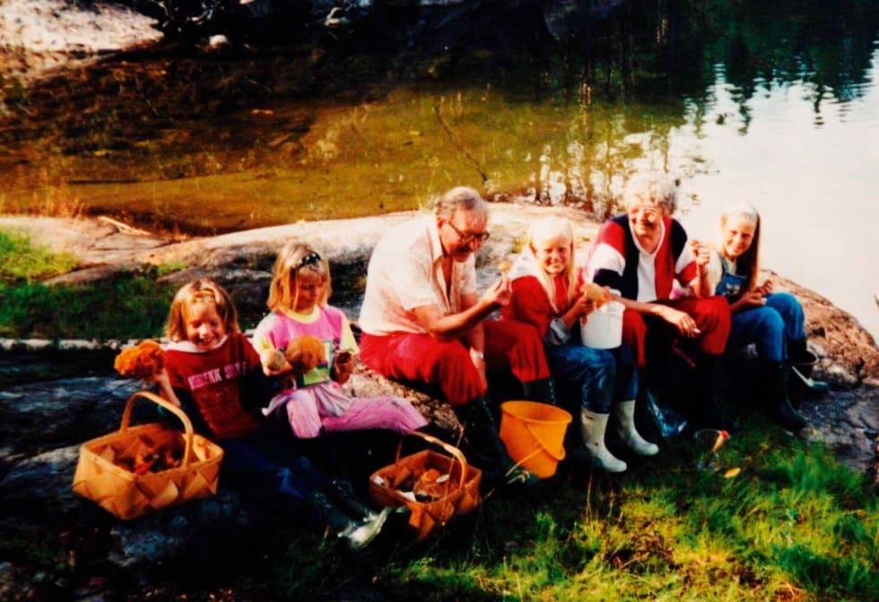 SOPPTUR: Vi gjorde mye turer som dette med våre besteforeldre, turer i marka med sopplukking, slagstøvler og spann.
