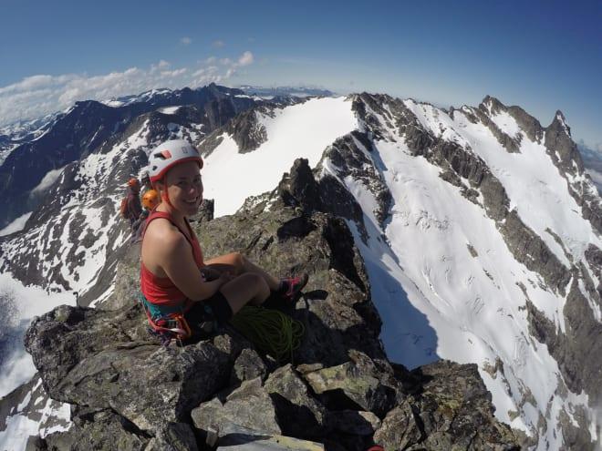 PÅ TOPPEN: Ingvild Farstad nyter utsikten mot Vengetindene, Romsdalshorn og Trollveggen fra toppen av Kvanndalstind. Foto: Tore Meirik