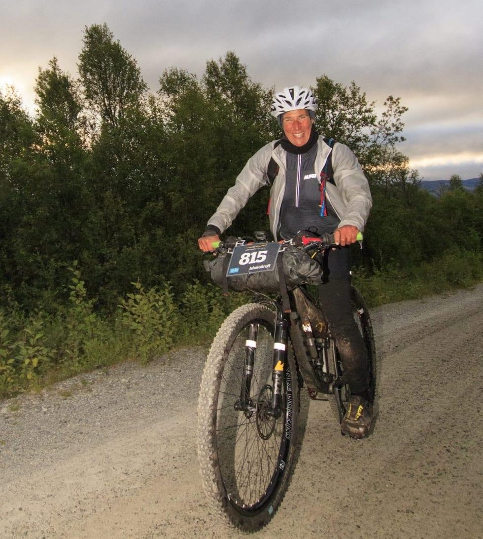 Nina Gässler er i stadig bedre humør og leder soloklassen for kvinner overlegent til tross for problemer med håndleddet i forkant av rittet. Foto: Offroad Finnmark