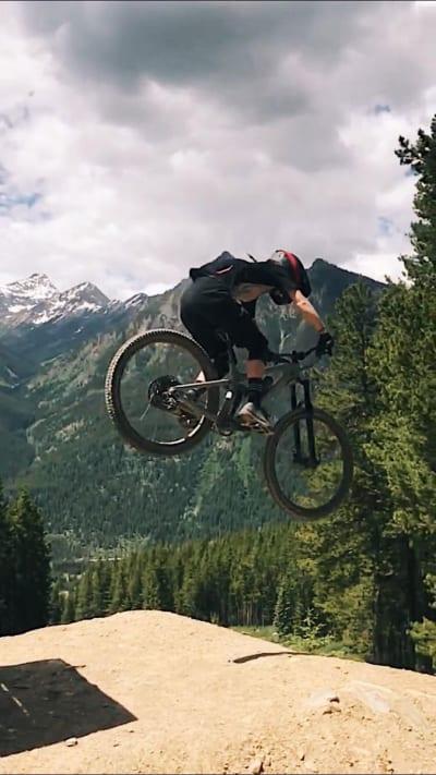 SOMMERAKTIVITET: Tonje på sykkel i Canada.