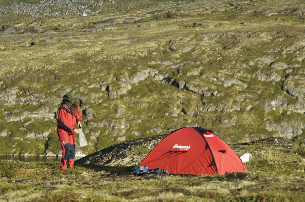 Kvinne og telt i fjellet