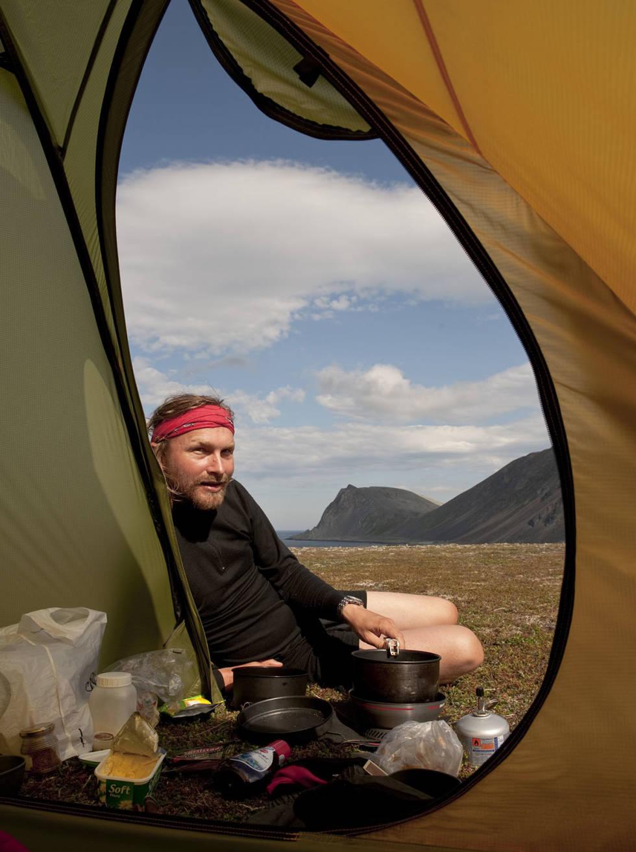 Mann i teltåpning på fjellet