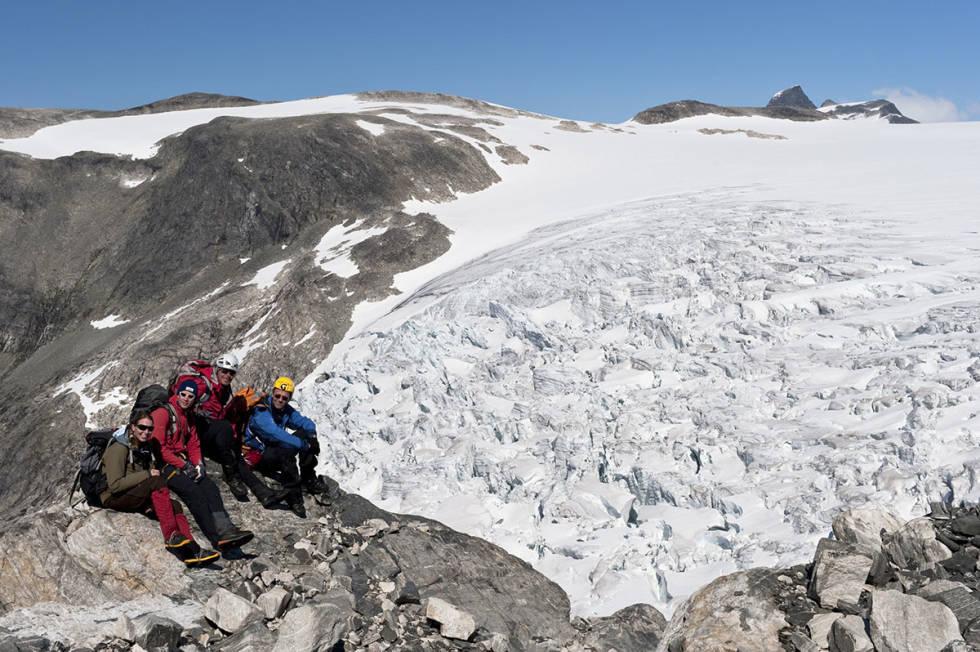 Folk på fjelltur ved bre