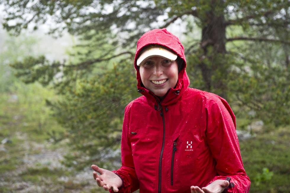 Kvinne i regnjakke i regnvær