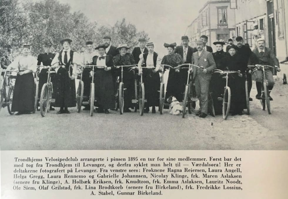 FAKSIMILE: Både kvinner og menn var med da Trondheim velocipedklubb dro på tur til Levanger og Værdalsøra i pinsen 1895.