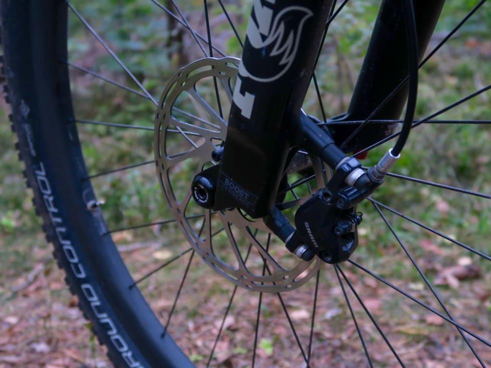STOR SKIVE: Større bremseskive foran gir bedre kraft og modulasjon.