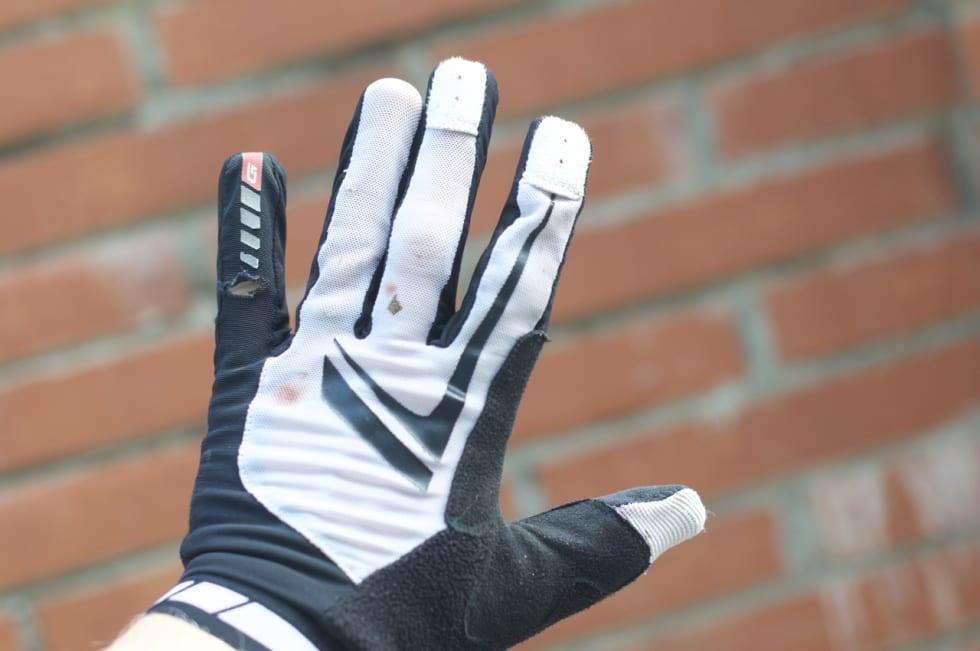 NETT: Netting på håndbaken sørger for god lufting. Til tross for hard bruk har hanskene holdt stand. Minus det lille hullet på lillefingeren.