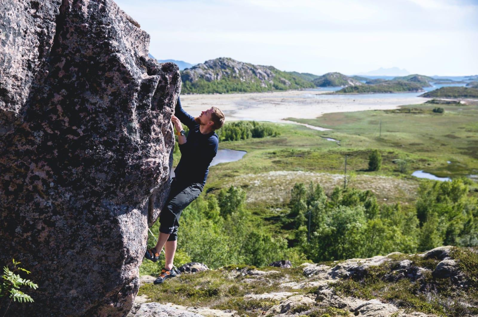 STEINBRA: Nordskot byr på mange fine buldreproblem. Dei siste åra har det også blitt etablert fleire bolta ruter. Veggane er 10 til 40 meter høge med mange enkle, men også nokre tøffare sportsruter. Miniførar til Steigen kan lastast ned frå Norges Klatreforbund sine nettsider.