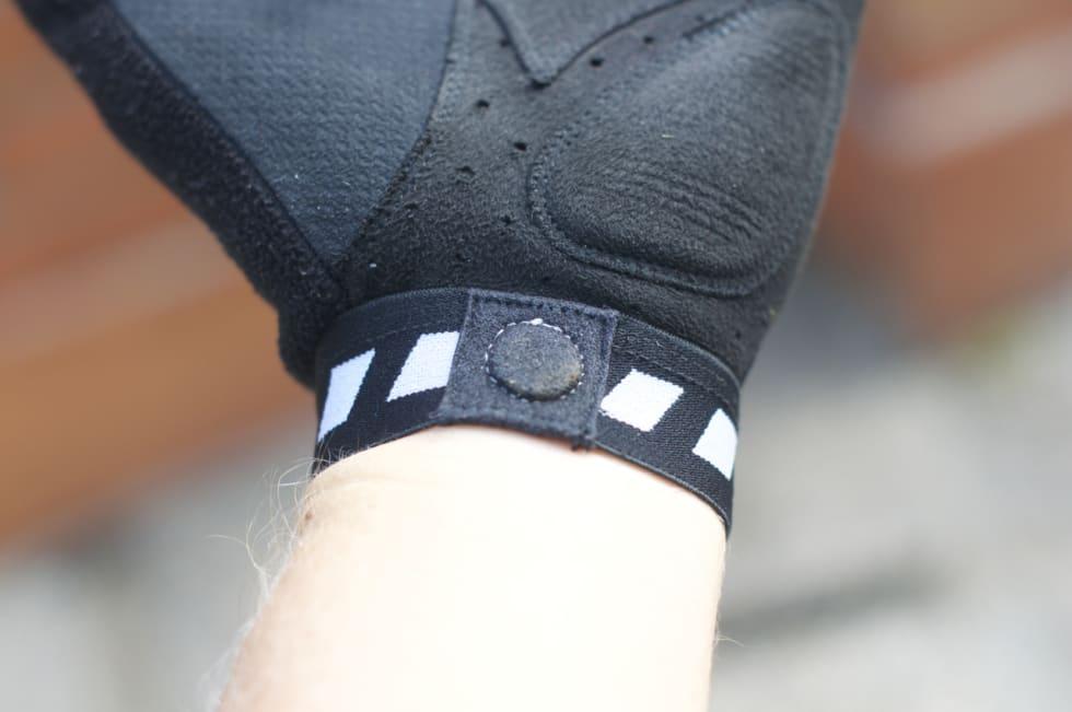 TILTREKKENDE: Magneten i mansjetten gir Grip Grab-hanskene en ekstra X-faktor. Sannsynligheten for å miste bare en hanske reduseres kraftig. SMART!
