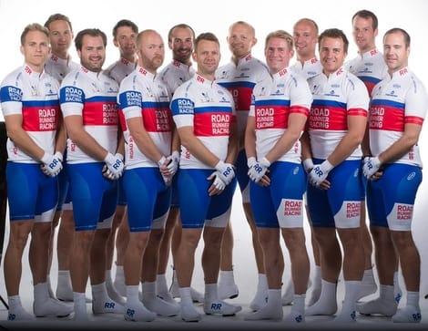 COOL: Road Runners Racing Team på hvit bakgrunn. Ekte sykkelglede i profesjonelle omgivelser. Foto: Eystein Stokstad.