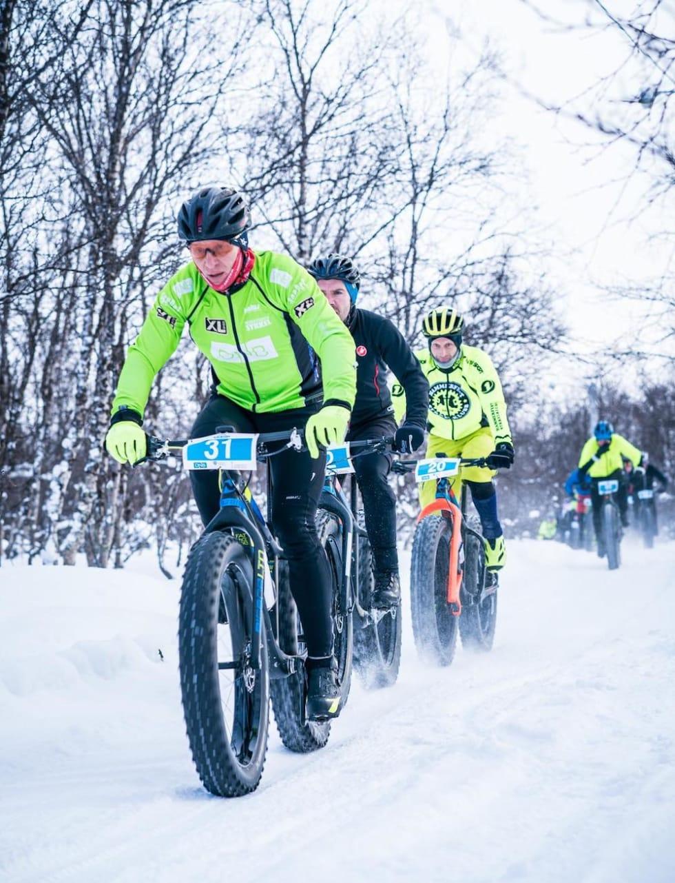 Alf Christian Losvar med Øyvind Klemetsen Bøthun og rittleder Odd Peder Wang-Norderud på hjul under Skaidi fatbike 2018. Foto: Rino Engdal