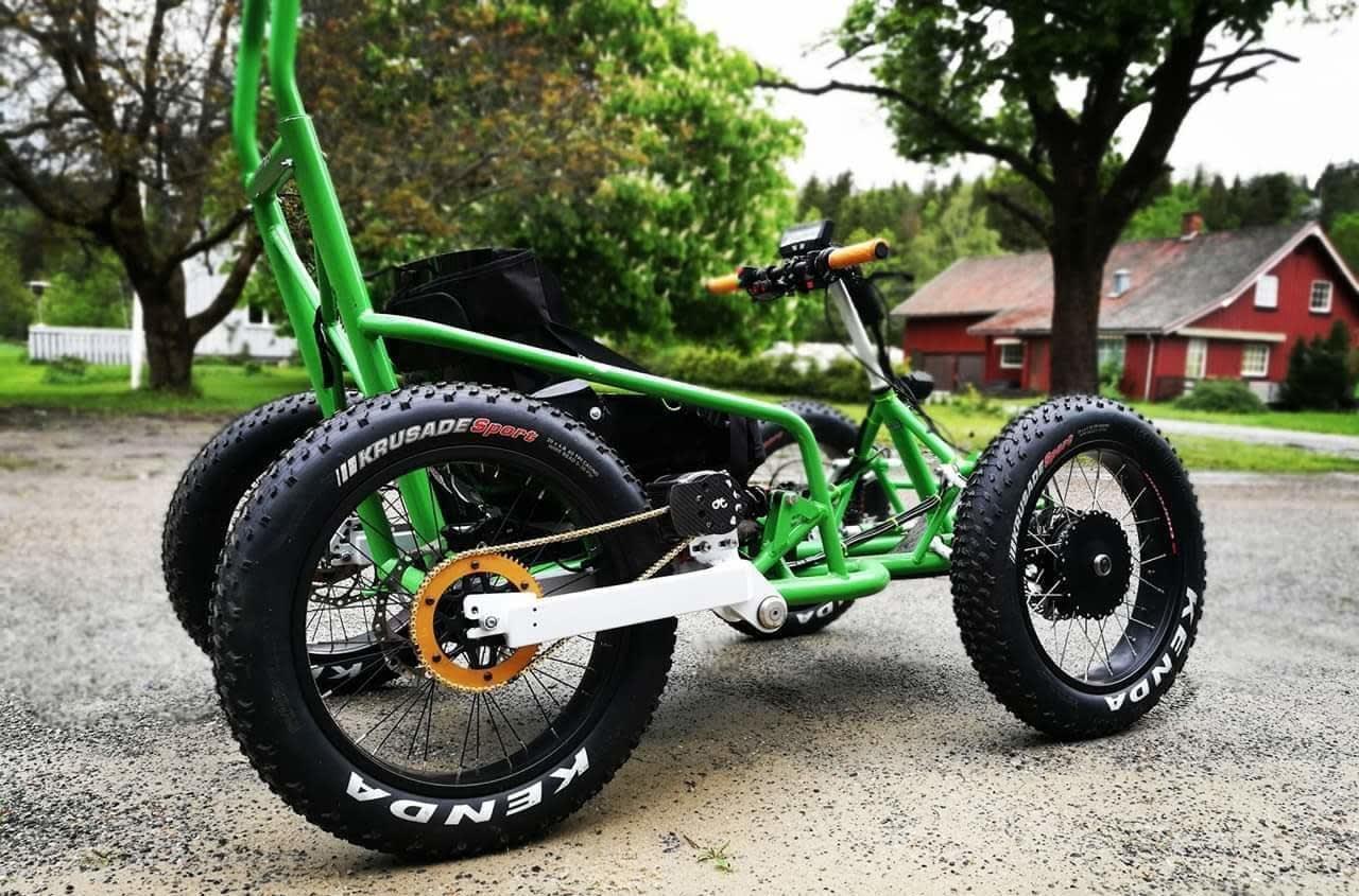 Den nye stisykkelen til Sigurd Groven har blant annet navmotor på forhjulene og kjededrift på bakhjulene, fatbikehjul og dempere på alle fire hjulene. Foto: Privat