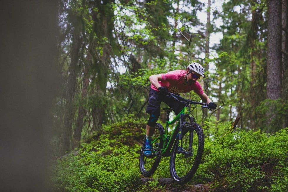 PÅ LANGTUR: Stisykler med kort dempervandring og 29er-hjul er perfekte til lange turer på tekniske stier i skogen. Mathias Marley griper dagen på Giant Trance.