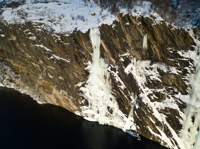RETT I HAVET: Like greit å ikke miste isskruene sine på denne fossen. Foto: Signar André Nilsen