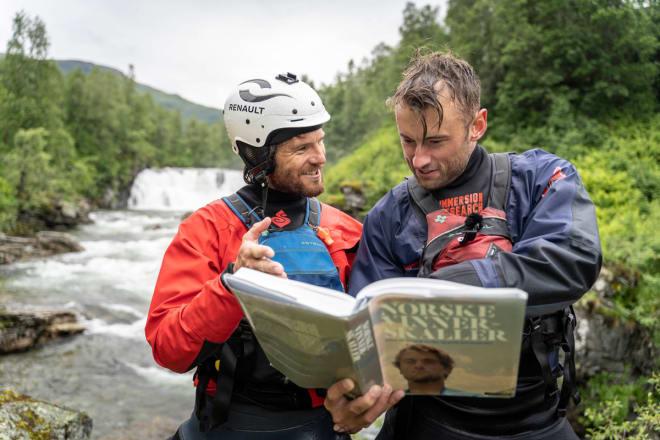 COACH: Ein vinnarskalle underviser sin elev ved breiddene av Myrkdalselva. Foto: Kristian Jøndal