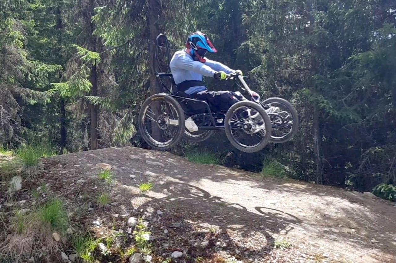 Sigurd Groven elsker å ha luft under hjulene når han sykler, her på tur med en av de andre syklene sine. Foto: Privat
