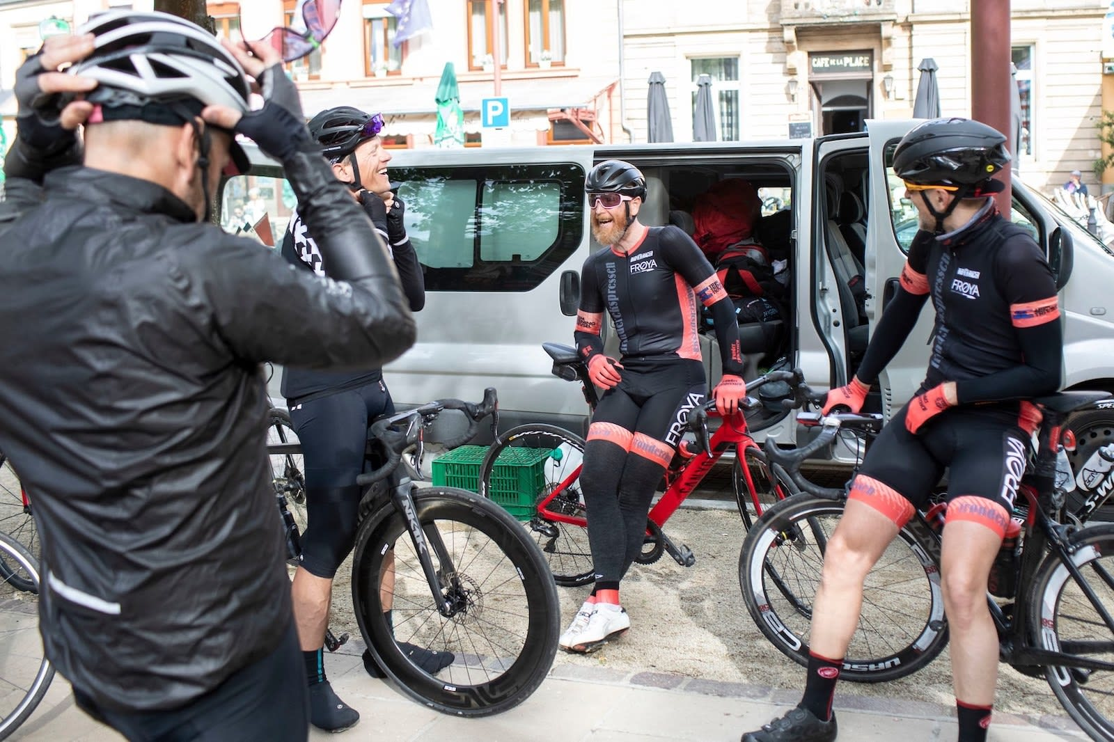 FORVENTNINGSFULLE:  Ilya Cantor, Steinar Reinkind, Fred Thoresen og Hans J. Rambech klare for ny dag på den belgiske landeveien. Foto Rupert Hartley