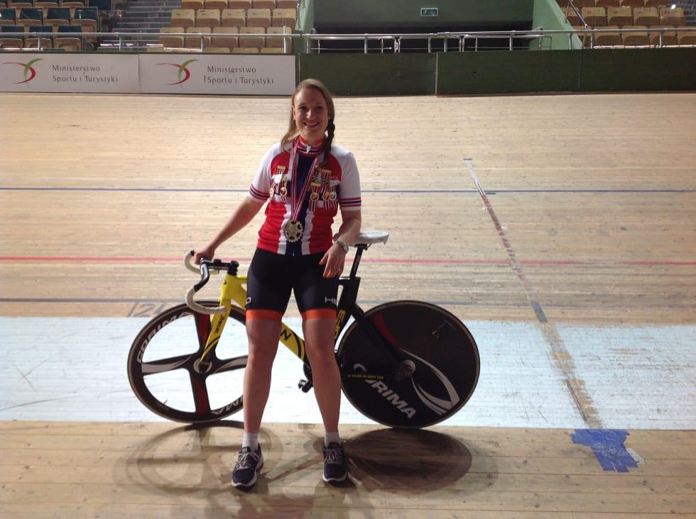 GULLJENTE: Anita Yvonne Stenberg fikk med seg ni medaljer i baggasjen, hvorav 8 gull! Foto: Privat.