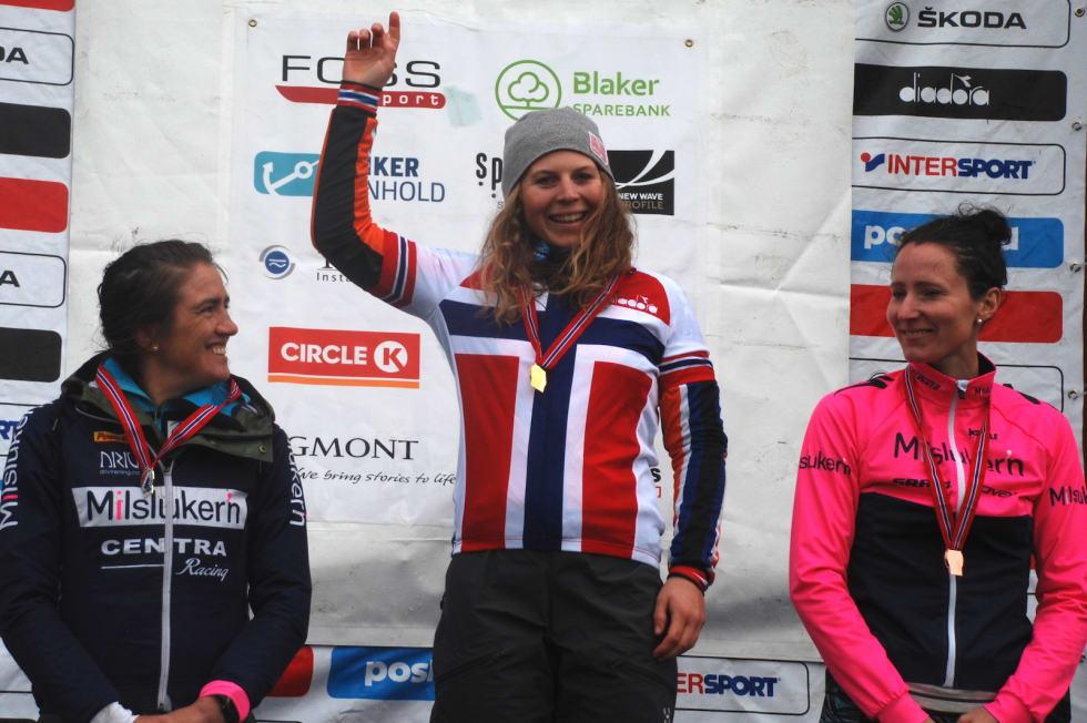 Pallen i dameklassen: Elisabeth Sveum vant foran Sunniva  Dring  (til venstre), mens Martine Stenbro tok tredjeplassen. Foto: Jon Wiik