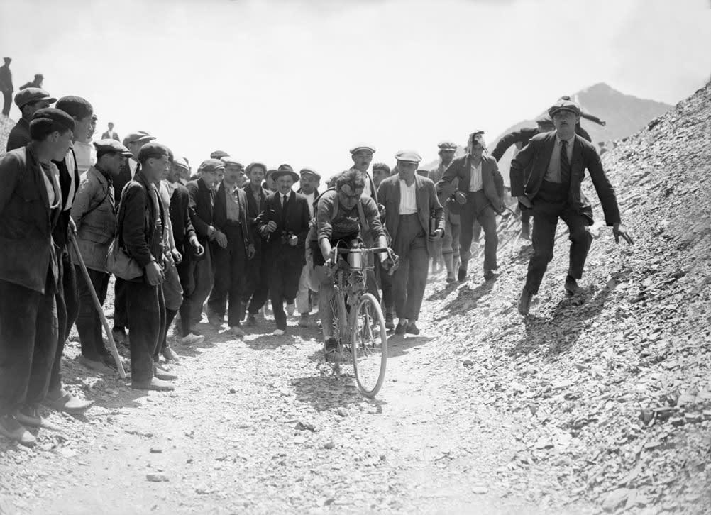 FORAN de som lider: Bottechia passerer toppen av Col de Tourmalet. Foto: Presse Sports