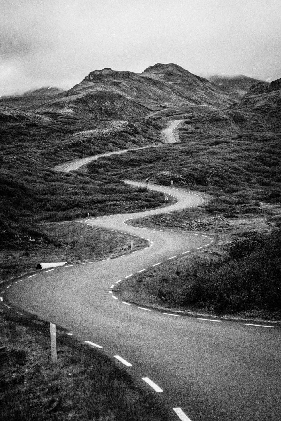 KRØLL PÅ KRØLL: Veiene rundt Thingvallavatn er stort sett svingløse, men den siste mila før returen gjennom fjellene er et svingparadis. Sabla bratt, sådan.