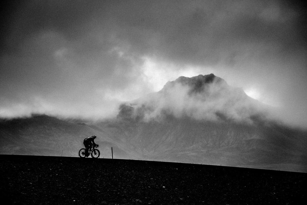 DOMMEDAG: Blåfjell i motlys. Syklister i motgang.