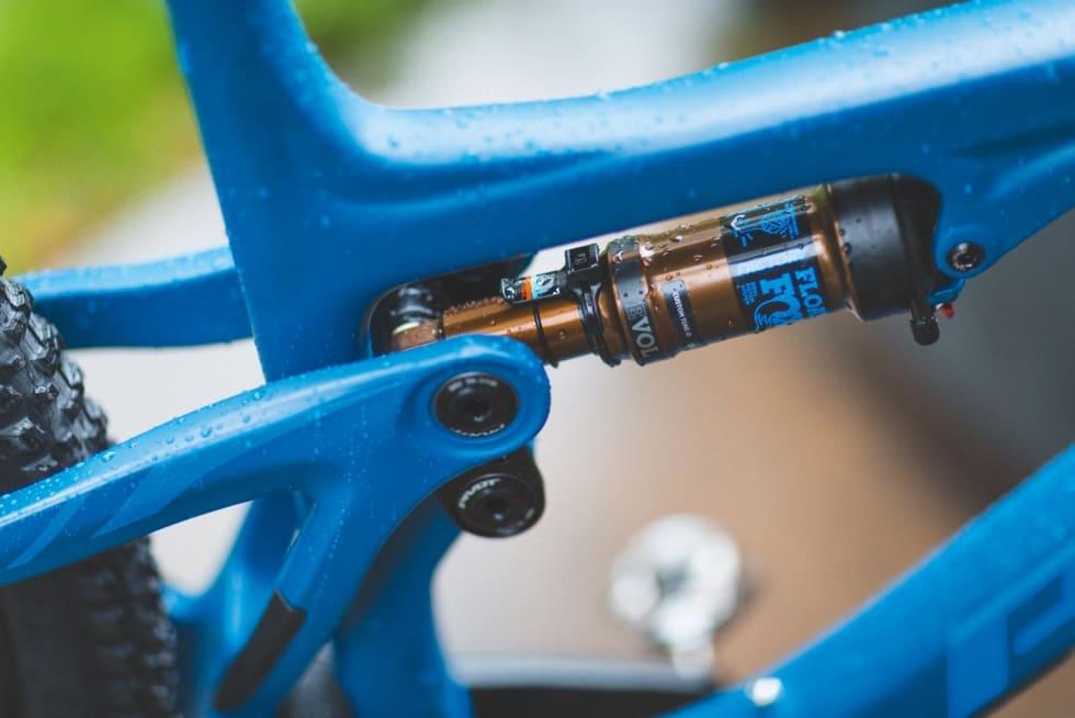 SAG-O-METER: Den lille plastklipsen på bakdemperen på Pivot Trail 429 gjør det ekstra enkelt å sette opp bakdemperen riktig.