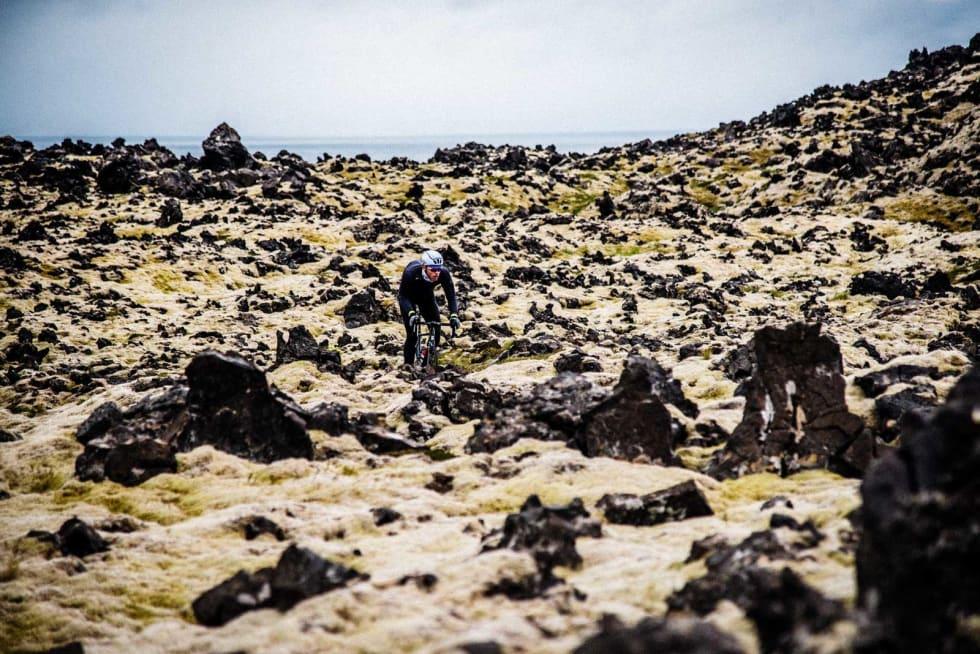 MOST: Gjennom et teppe av mose, revet i stykker av lavastein, går det en liten avstikker fra hovedveien. Den er nesten usynlig, vi lar den være en liten hemmelighet. I enden ved havet finner du rester av gamle bosetninger.