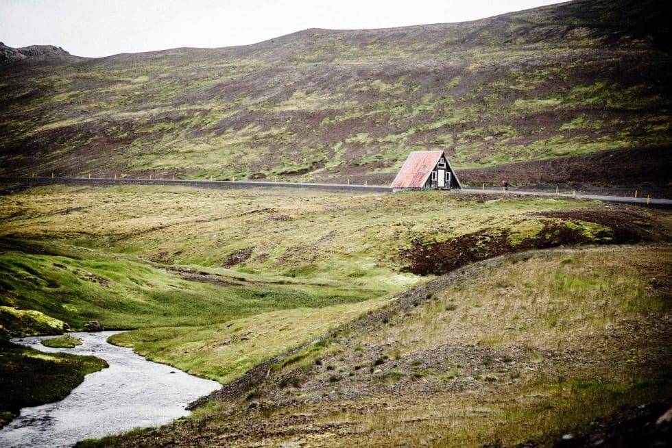 GAMMAL MORO: Klatringen over Snæfjellsjökull flater ut utallige ganger. Gjermund bryner seg på en falsk flate med forlatt bygning.