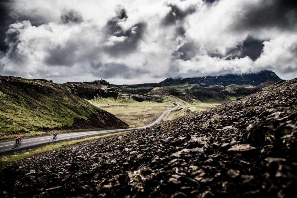 SOLGLØTT: Vi nyter et par sekunders opphold, i fjellene på vei til Thingvallavatn.