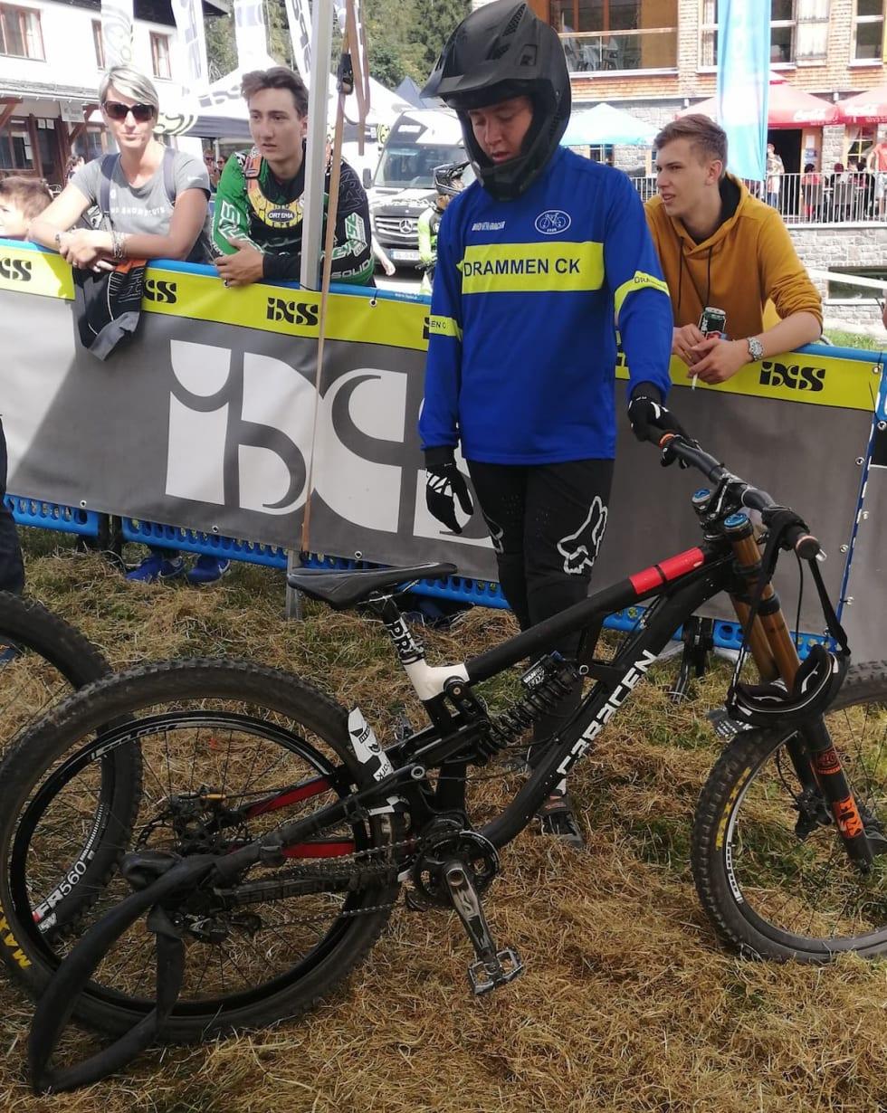 Emil Haugom kom løpende i mål med sykkelen etter punktering på slutten av det som kunne blitt karrierebeste internasjonalt. Foto: Stine Haugom