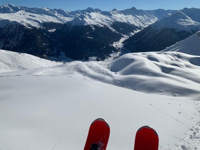 En uke etter siste snøfall, og en kort travers ut fra Parsenn-heisen, så er det bare å peke tuppene ned mot Davos.