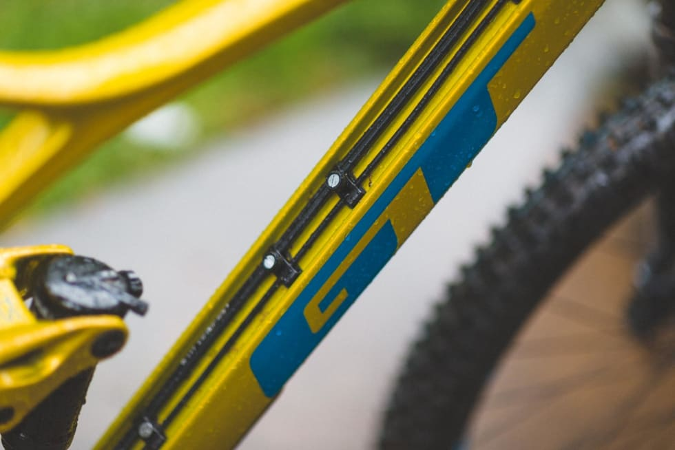 KABELKANAL: Sporet i underrøret på GT Sensor gir ryddig vaier- og slangeføring uten at vi må tre vaierne og bremseslangen gjennom rammerørene.