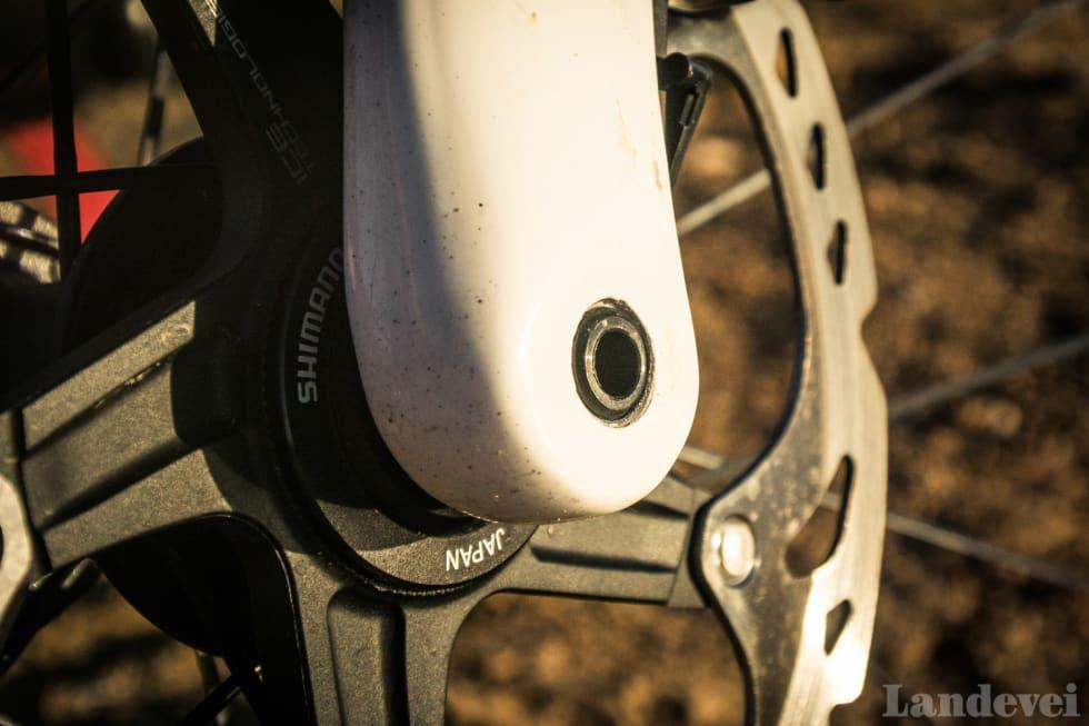 PRAKTISK: Gjennomgående akslinger gjør at hjulet alltid blir perfekt sentrert. Her er gaffelens venstre side.