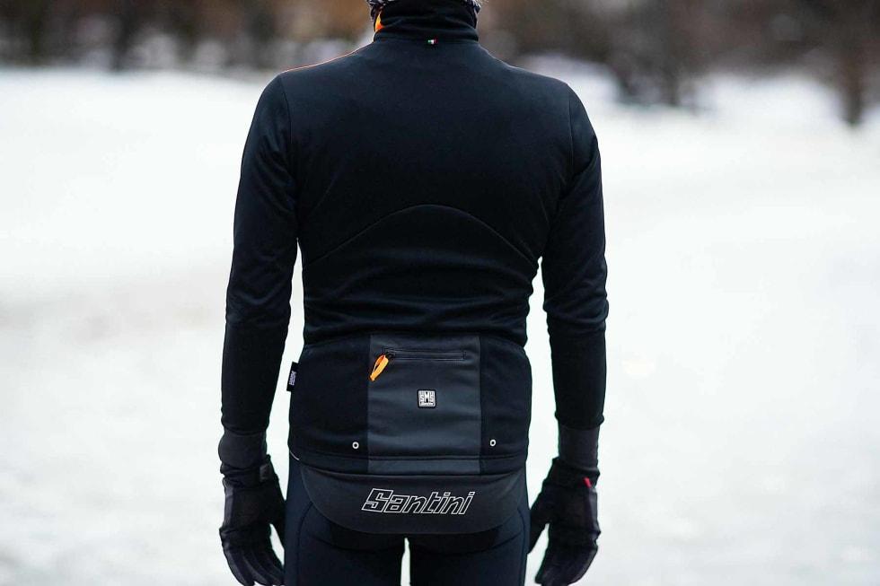 MED LOMMER: Vega Extreme-jakka er trang over skuldrene og har fire store baklommer, den ene vanntett. Foto: Kristoffer H. Kippernes