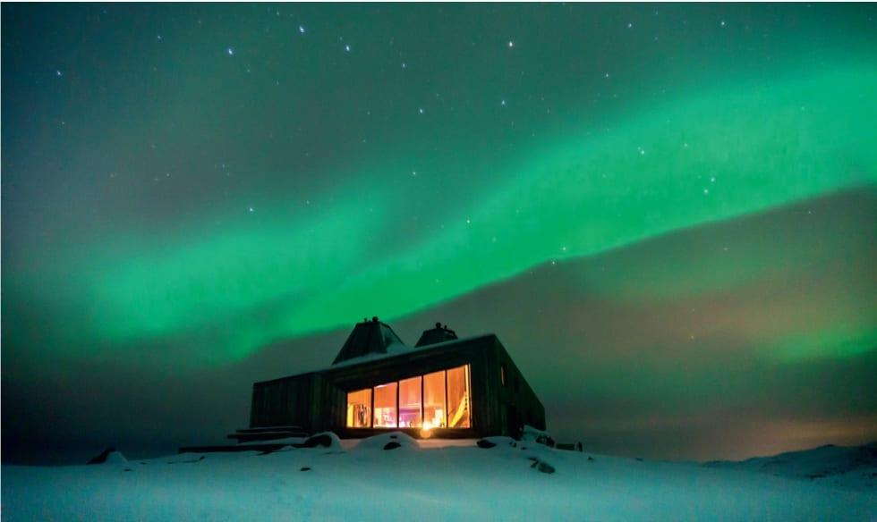 NORDLYSJAKT: Rabothytta ved Okstindan i Nordland er en ny og moderne hytte. Foto: Steffan Sund / DNT