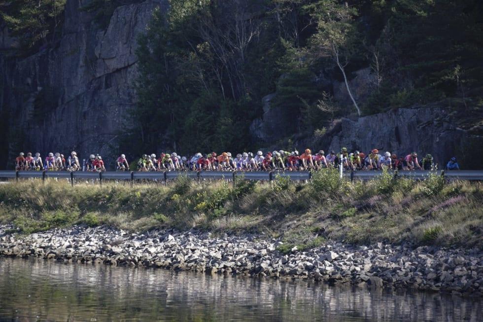 VAKKERT: Dagens etappe startet på Gamle Svinesundsbroen og gikk gjennom både Sverige og Norge før målgang i Halden. Foto: For Vos