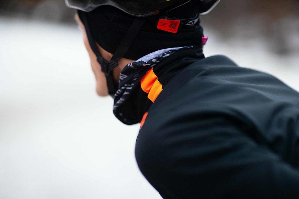 REFLEKS: Det oransje feltet på venstre skulder lyser sterkt i lyset fra biler eller andre syklister. Foto: Kristoffer H. Kippernes