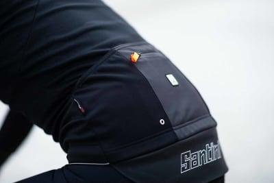 RYGGLOMMER: Tre pluss en lommer på ryggen. Den med glidelås er vanntett. De to på siden har hull så vann kan renne ut. Foto: Kristoffer H. Kippernes